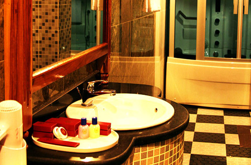 King Fy Hotel Bathroom
