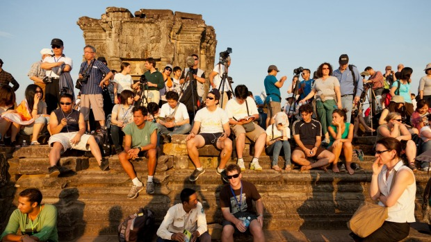 Phnom Bakheng Tourist Watch Sunset