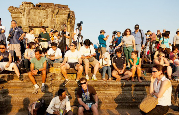 Phnom Bakheng Tourist Watch Sunset - Angkor Focus Travel