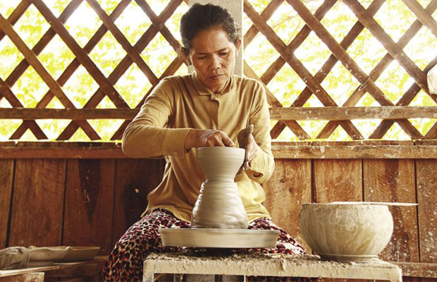 Traditional Angkorian pottery
